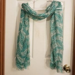 Green and cream paisley print scarf.